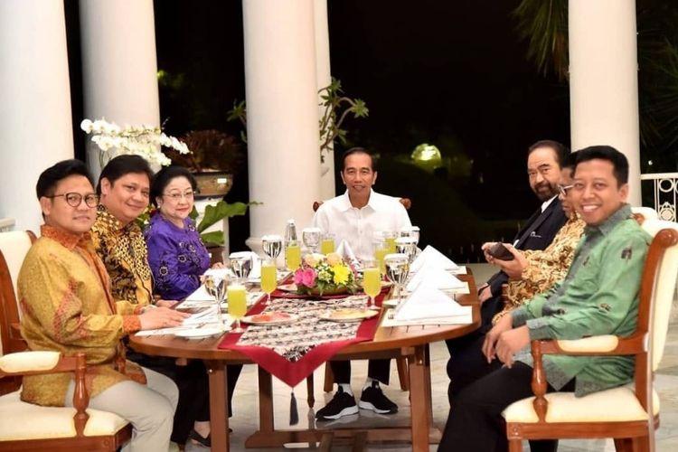 Presiden Joko Widodo saat mengenakan sepatu milik NAH project asal Bandung dalam acara makan malam bersama sejumlah ketua parpol, Senin (23/7/2018) malam.