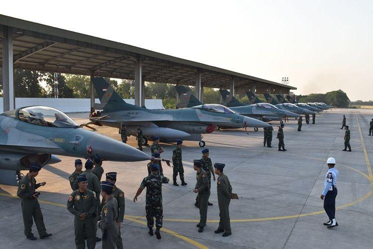 Sejumlah penerbang tempur dan ground crew berbincang di dekat deretan Pesawat Tempur F-16 usai upacara pemberangkatan dan kesiapan pasukan Pesawat Tempur F-16 beserta kru yang akan berangkat ke Australia mengikuti latihan tempur multinasional, di Lanud Iswahjudi, Magetan, Jawa Timur, Selasa (24/7/2018). Sebanyak delapan unit pesawat tempur F-16 dari Skuadron Udara 3 Lanud Iswahjudi serta penerbang dan ground crew akan mengikuti latihan terbesar angkatan udara Australia Pitch Black yang melibatkan sejumlah negara dan berlangsung 30 Juli hingga 17 Agustus.