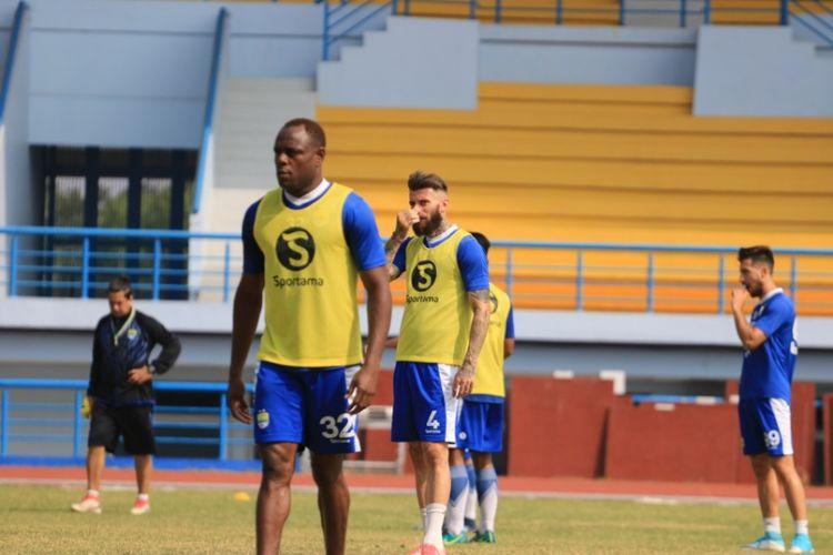 Para pemain bertahan Persib saat menjalani latihan pagi di Lapangan Arcamanik, Kamis (19/7/2018).