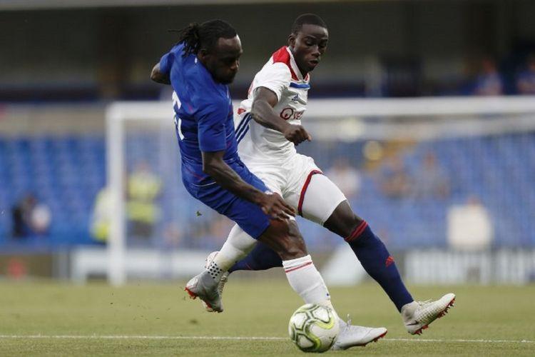 Victor Moses berduel dengan Ferland Mendy saat Chelsea vs Lyon pada lanjutan ICC 2018 di Stadion Stamford Bridge, 7 Agustus 2018.
