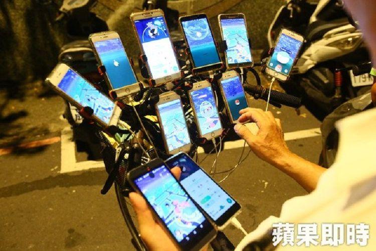 Inilah 11 ponsel yang dipergunakan kakek asal Taiwan bernama Chen Sanyuan untuk berburu Pokemon Go. Setiap ponsel dilengkapi power bank berkualitas tinggi sehingga dia mampu berburu 20 jam setiap hari.