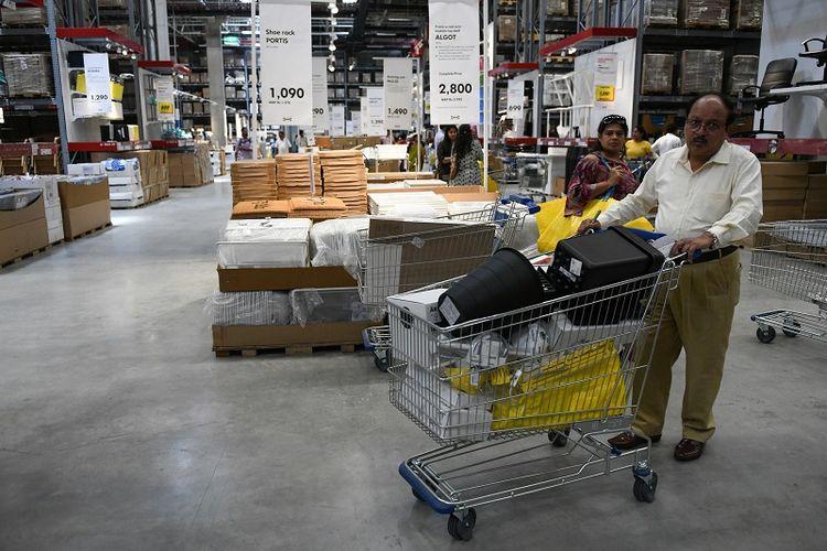 Seorang pelanggan sedang berbelanja di toko Ikea pertama di India pada Kamis (9/8/2018).