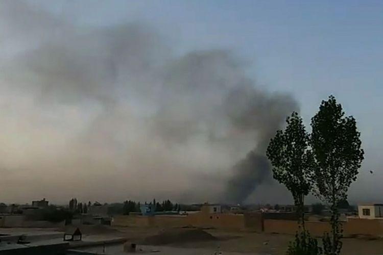 Asap membubung dari arah kota Ghazni, Afghanistan usai serangan Taliban, Jumat (10/8/2018).