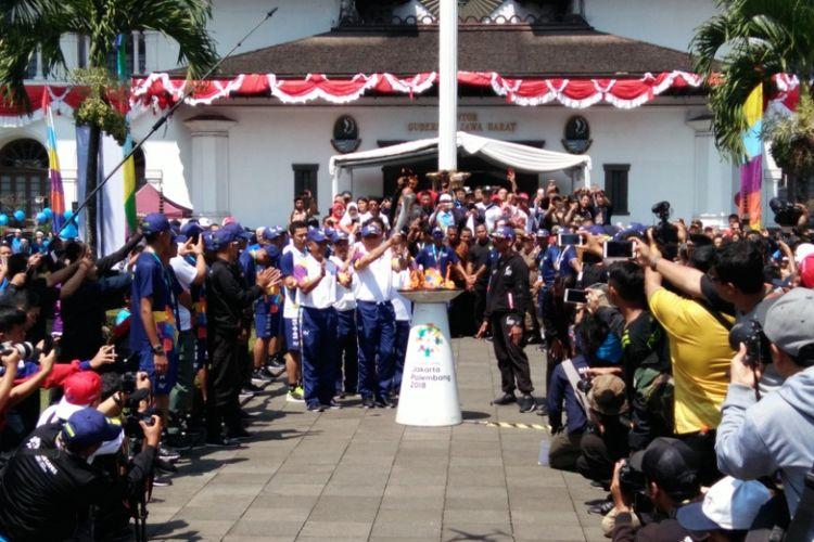 Pj Gubernur Jawa Barat M Iriawan saat menyalakan Api Asian Games di halaman Gedung Sate, Bandung, Sabtu (11/8/2018).