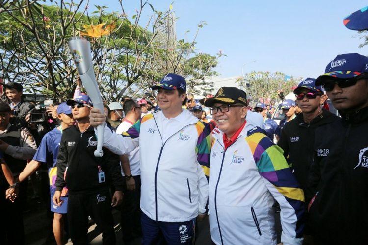 Menteri Perindustrian Airlangga Hartato saat membawa obor Asian Games bersama Wakil Wali Kota Bandung Oded M Danial di Jalan Pasteur, Bandung, Sabtu (11/8/2018).