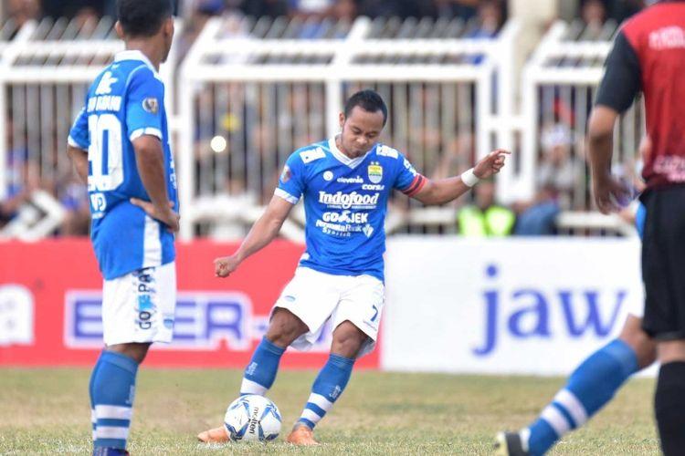 Gelandang Persib Bandung Atep, saat mengeksekusi tendangan bebas dalam laga perdana Piala Indonesia kontra PSKC Cimahi di Stadion Wiradadaha, Tasikmalaya, Rabu (15/8/2018).