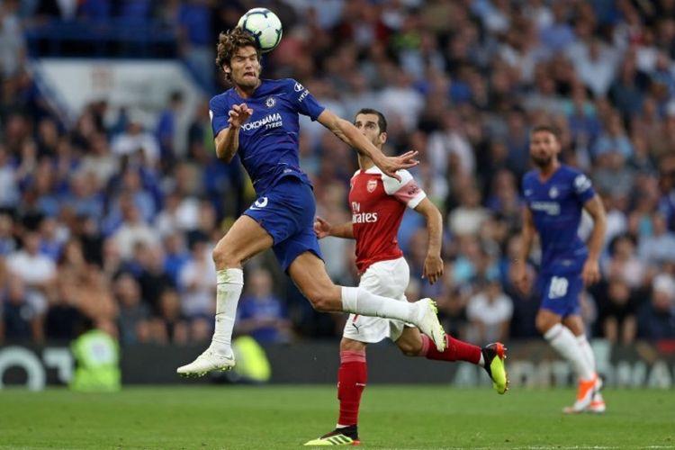 Bek Chelsea, Marcos Alonso, menyundul bola mendahului pemain Arsenal pada pertandingan Premier League di Stadion Stamford Bridge, 18 Agustus 2018.