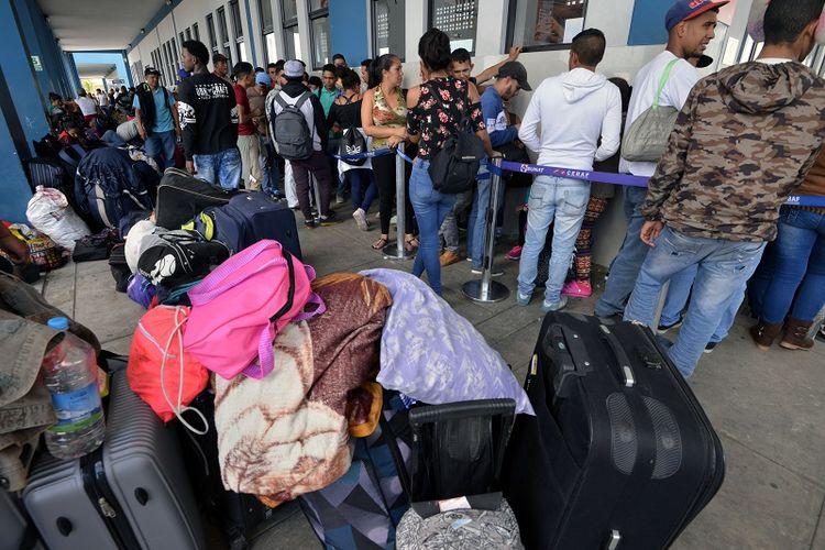 Warga Venezuel antre di pintu perbatasan Tumbes, wilayah uatara Peru yang berbatasan dengan Ekuador, Kamis (23/8/2018).