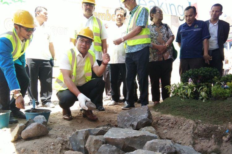 Wali Kota Bandung Ridwan Kamil saat melakukan peletakan batu pertama pembangunan Gedung Generasi Muda di Jalan Merdeka, Selasa (4/9/2018).