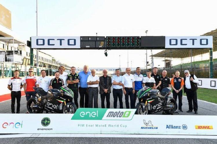 Para petinggi FIM, IRTA, Dorna dan perwakilan dari tim-tim balap yang hadir saat pengumuman mengenai akan digelarnya FIM Enel MotoE World Cup mulai musim 2019 jelang seri GP San Marino di Sirkuit Misano, Minggu (9/9/2018).