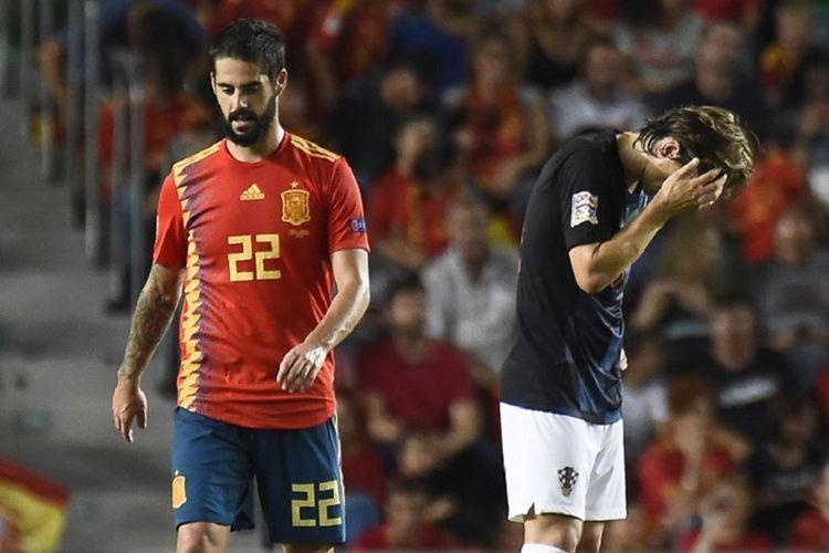 Ekspresi berbeda ditunjukkan dua pemain Real Madrid, Isco dan Luka Modric, pada pertandingan Spanyol vs Kroasia dalam lanjutan UEFA Nations League di Elche, 11 September 2018.