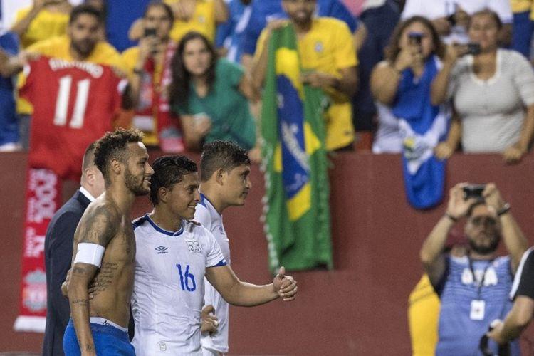 Neymar berfoto bareng Oscar Ceren seusai laga Brasil vs El Salvador di FedEx Field, Landover, 11 September 2018.