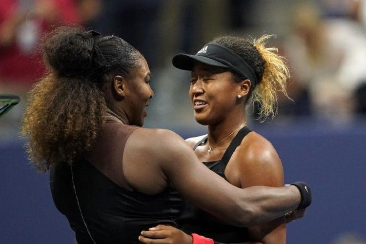 Petenis dari Jepang, Naomi Osaka (kanan), dan Serena Williams dari AS, berpelukan setelah pertandingan final tunggal putri US Open 2018 di New York, AS, pada Minggu (9/9/2018).