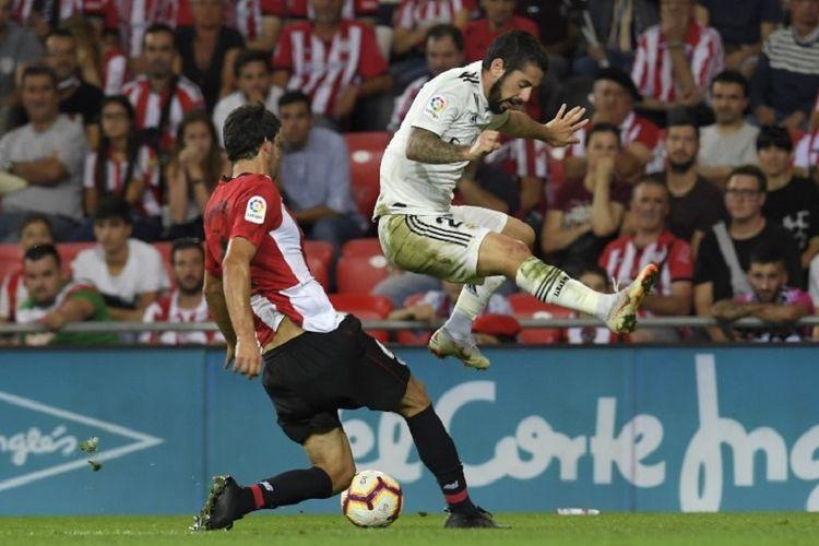 Mikel San Jose menghentikan laju Isco pada laga Athletic Bilbao vs Real Madrid dalam lanjutan pekan ke-4 Divisi Primera La Liga Spanyol di Stadion San Mames, 15 September 2018.