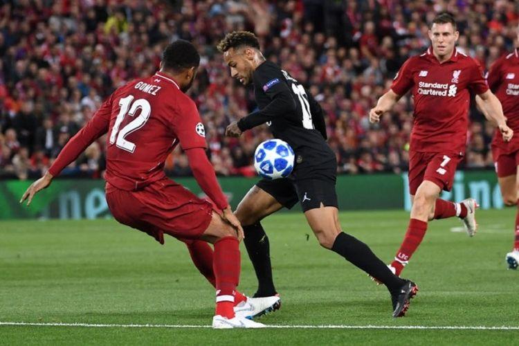 Joe Gomez dan James Milner bergantian mengawal Neymar pada pertandingan Liverpool vs PSG dalam matchday 1 Liga Champions di Stadion Anfield, 18 September 2018.