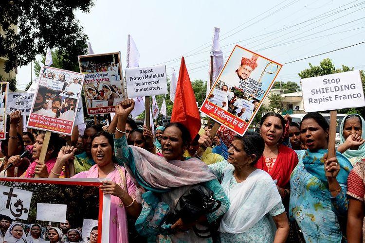 Para perempuan India menggelar aksi protes menuntut penangkapan Uskup Franco Mulakkal yang dituduh memperkosa seorang biarawati.