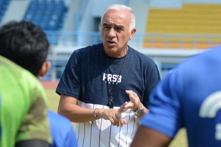 Pelatih Persib Bandung Mario Gomez saat memimpin latihan skuat Persib di Lapangan Arcamanik, beberapa waktu lalu.
