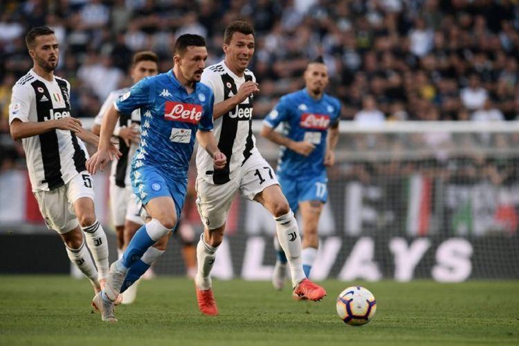 Mario Rui berhasil melewati pengawalan Miralem Pjanic dan Mario Mandzukic dalam pertandingan Juventus vs Napoli di Stadion Allianz, 30 September 2018.