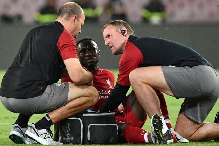 Naby Keita mengalami cedera pada laga Napoli vs Liverpool dalam lanjutan Liga Champions di Stadion Napoli, 3 Oktober 2018.