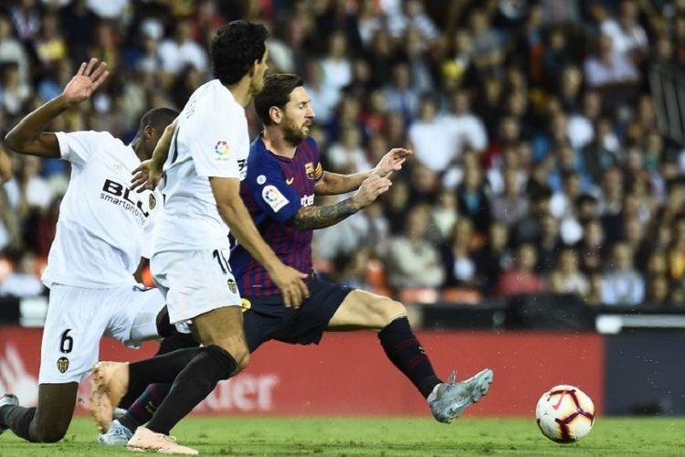 Dani Parejo mengawal ketat Lionel Messi pada laga Valencia vs Barcelona dalam lanjutan La Liga Spanyol di Stadion Mestalla, 7 Oktober 2018.