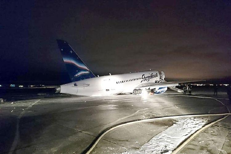 Pesawat Sukhoi Superjet-100 milik Yakutia Airlines ini tergelincir saat mendarat di bandara Yakutsk, Rusia.