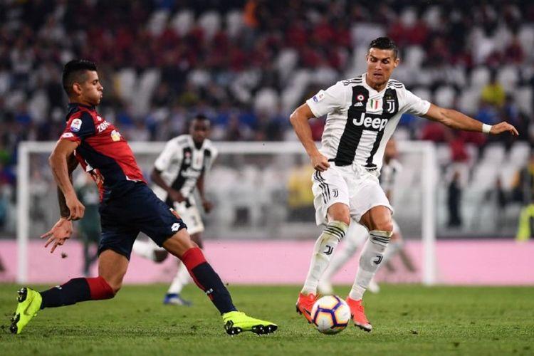 Cristian Romero mencoba menghadang laju Cristiano Ronaldo pada laga Juventus vs Genoa di Stadion Allianz dalam lanjutan Serie A, 20 Oktober 2018.