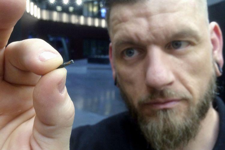 Microchip yang ditanam di tubuh warga Swedia.