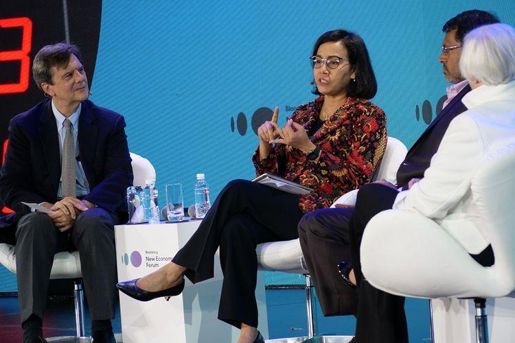 Menteri Keuangan Sri Mulyani Indrawati berbicara sebagai panelis di Forum Bloomberg New Economy Forum yang sedang berlangsung di Hotel Capella, Singapura, Rabu (7/11/2018)