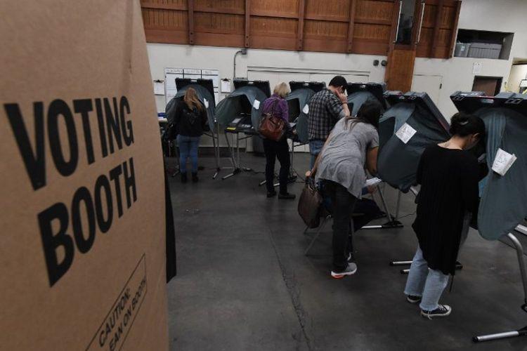 Warga Orange County,, Huntington Beach, California, menyumbangkan suara mereka dalam pemilu paruh waktu Amerika Serikat pada Selasa (6/11/2018). (AFP/Mark Ralston)