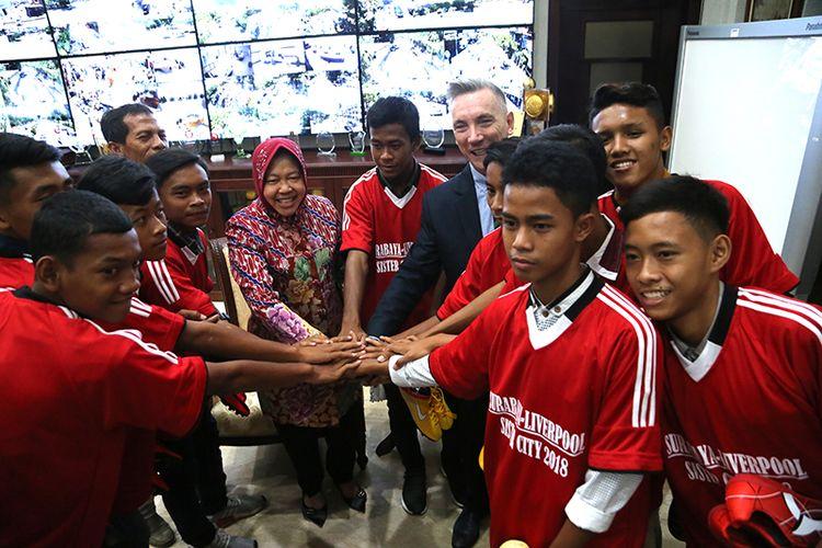 Wali Kota Surabaya Tri Rismaharini dan Wakil Wali Kota Liverpool Gary Millar akan memberangkatkan 10 talenta muda asal Surabaya untuk berlatih sepak bola di Liverpool, Inggris.
