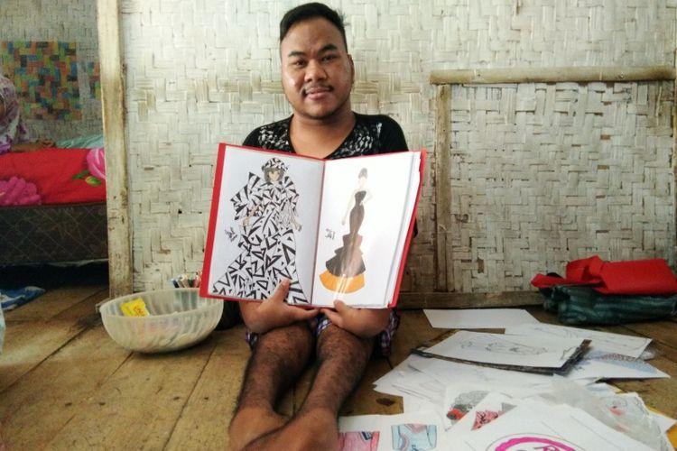 Rahmat Hidayat saat memperlihatkan karya-karya desain busana di kediamannya, di Kampung Ciawitali RT 02 RW 06 Desa Sindangkerta, Kecamatan Sindangkerta, Kabupaten Bandung Barat.