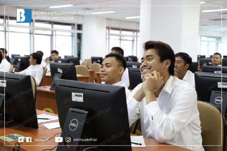 Pebulu tangkis ganda campuran Indonesia, Tontowi Ahmad, saat mengikuti Seleksi Kompetensi Dasar (SKD) dengan menggunakan computer assisted test (CAT) di Kantor Pusat Badan Kepegawaian Negara, Jakarta, Rabu (28/11/2018).