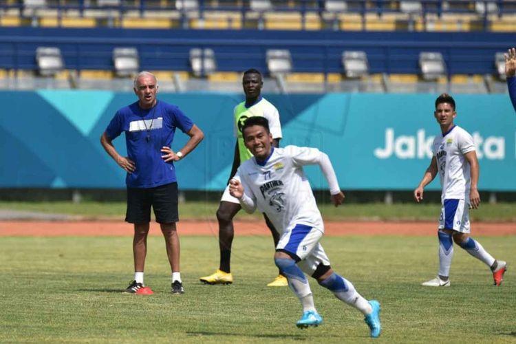 Gelandang Persib Bandung Ghozali Siregar saat menjalani sesi latihan di Stadion Si Jalak Harupat, Jumat (26/10/2018) pagi.