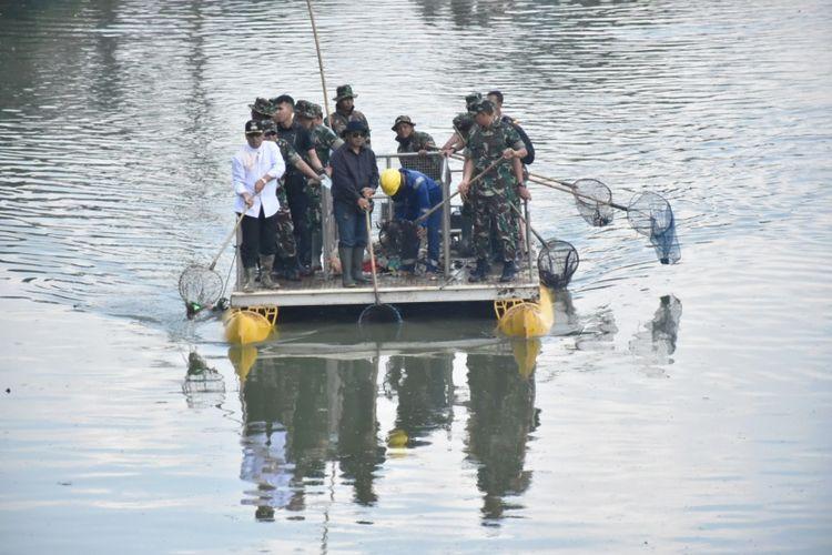 Aparat TNI saat menbersihkan sungai Citarum beberapa waktu lalu.