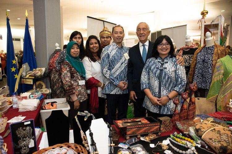 Presiden Republik Portugal, Marcelo Rebelo de Sousa mengunjungi gerai Indonesia, dalam kegiatan bazar diplomatik, di Lisbon, Portugal. Acara ini digelar oleh Asosiasi Keluarga Diplomatik Portugal pada tanggal 31 November -1 Desember 2018 lalu.