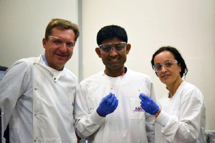 Professor Matt Trau (kiri) bersama peneliti Dr Abu Sina dan Dr Laura Carrascosa dari University of Queensland