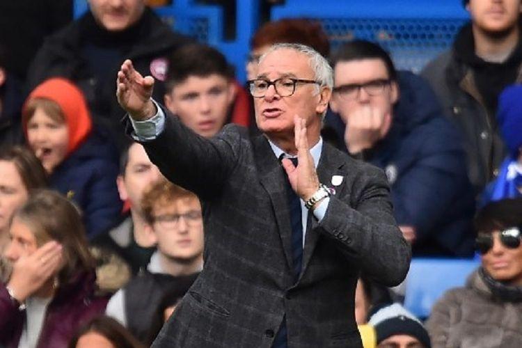 Pelatih Fulham, Claudio Ranieri, memberi instruksi kepada para pemainnya pada laga Liga Inggris melawan Chelsea di Stadion Stamford Bridge, 2 Desember 2018.