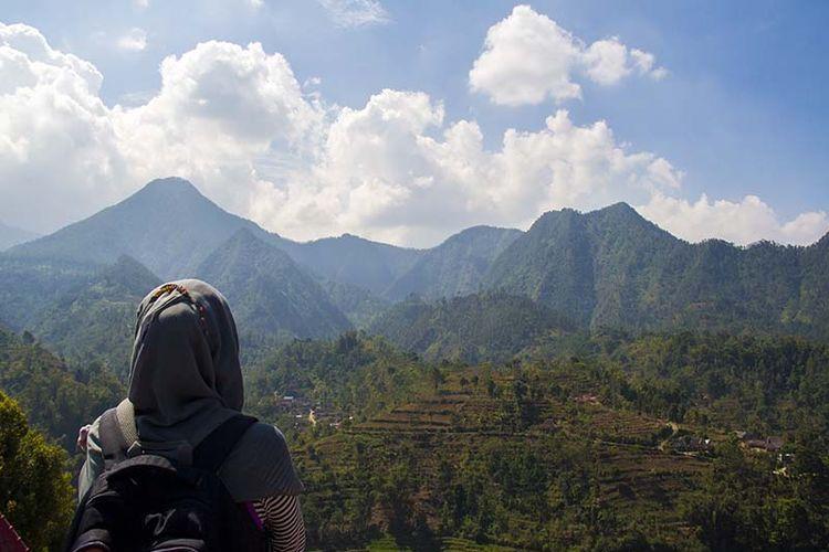 Panorama Pergunungan Lawu Selatan dari Gardu Pandang Soko Langit, Bulukerto, Wonogiri.