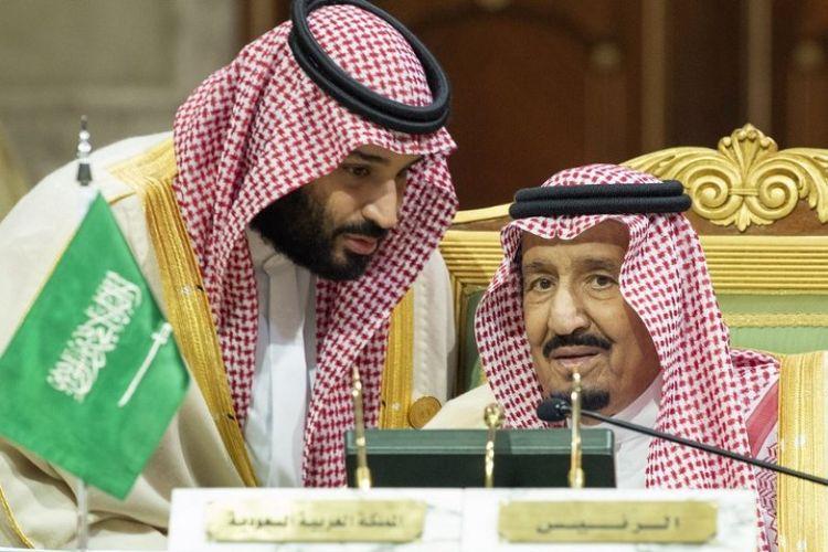 Putra Mahkota Saudi Mohammed bin Salman (kiri) berbicara dengan Raja Arab Saudi Salman bin Abdulaziz di Istana Diriya di Riyadh selama KTT Dewan Kerja Sama Teluk (GCC), Minggu (9/12/2018). (AFP/SPA/Bandar Al-Jaloud)
