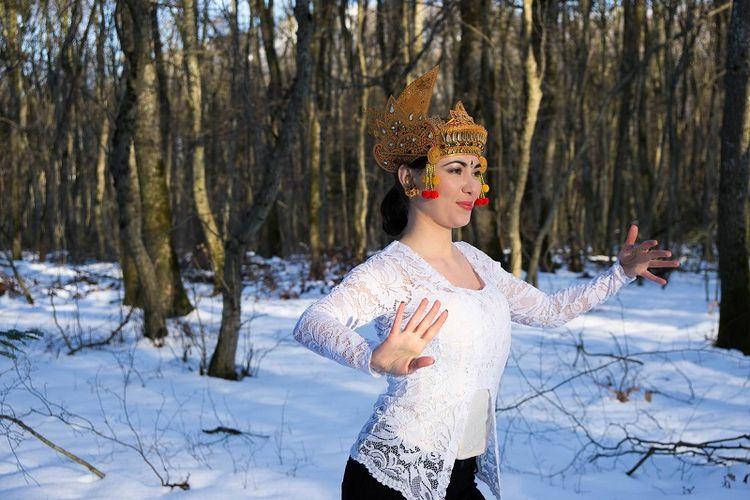 Amandine Mareschi membawakan tarian Bali di Swiss. Foto: Dok.Pribadi Amadine Mareschi/Kompas.com