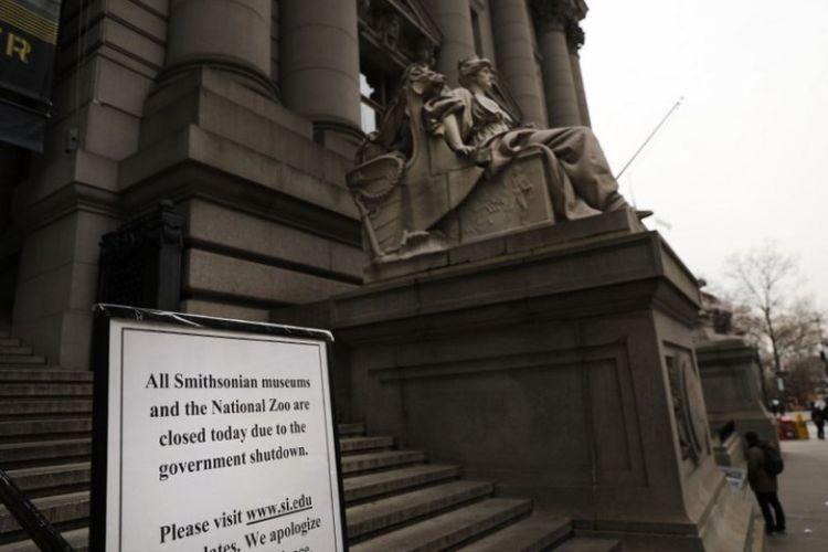 Pengumuman kepada pengunjung perihal Museum Smithsonian di Kota New York ditutup karena shutdown pemerintah Amerika Serikat. Foto ini diambil pada Rabu (2/1/2019). (AFP/Spencer Platt)