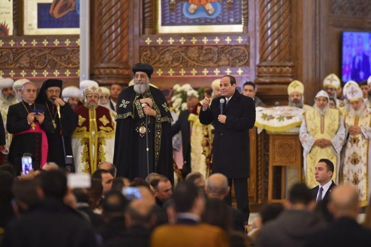 Presiden Mesir Abdel Fattah al-Sisi (kanan) dan Paus Koptik Tawadros II  selama peresmian Katedral Kelahiran  Kristus di Ibu Kota Administratif Baru Mesir pada Minggu (6/1/2019). (AFP/MOHAMED EL-SHAHED).