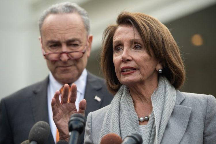 Ketua DPR AS Nancy Pelosi dan Pemimpin Demokrat di Senat Chuck Schumer berbicara kepada media setelah pertemuan dengan Presiden AS Donald Trump tentang shutdown di Gedung Putih, Rabu (9/1/2019). (AFP/Saul Loeb).