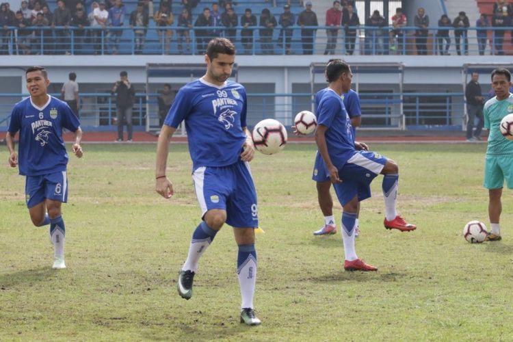 Gelandang baru Persib Bandung Srdjan Lopicic saat ditemui di Lapangan Sport Jabar Arcamanik, Senin (14/1/2019).