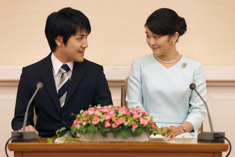 Foto ini diambil pada 3 September 2017 menampilkan Putri Mako dan kekasihnya Kei Komuro saat mengumumkan pertunangan mereka di Akasaka East Residence,Tokyo.