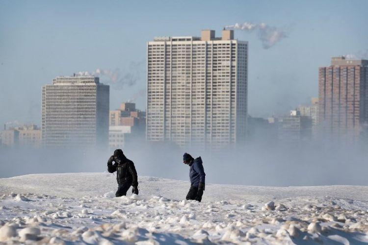 Warga berjalan di sepanjang Pantai North Avenue pada Rabu (301/1/2019) di Chicago, Illinois, Amerika Serikat. (AFP/SCOTT OLSON)