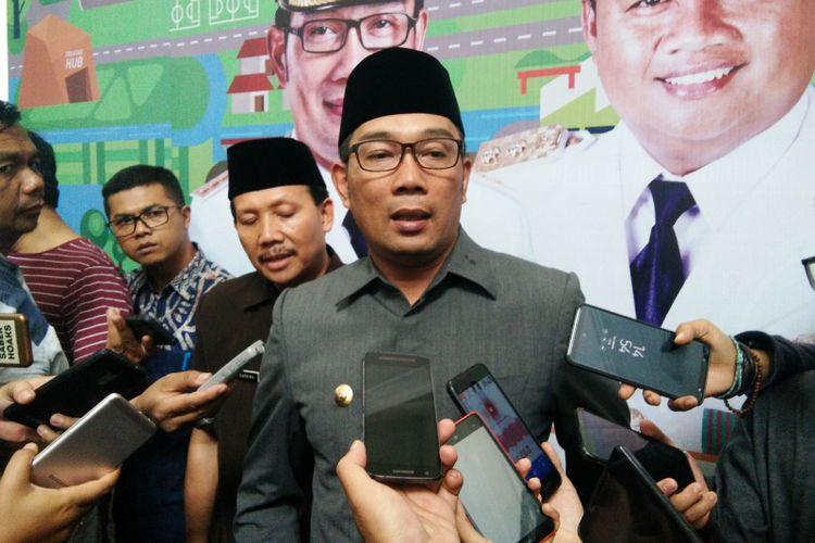 Gubernur Jawa Barat Ridwan Kamil saat ditemui usai melantik seratusan aparatur sipil negara (ASN) yang merupakan bekas pegawai Badan Koordinasi Pemerintahan dan Pembangunan (BKPP) Jabar di Aula Barat Gedung Sate Jalan Diponegoro, Jumat (1/2/2019).