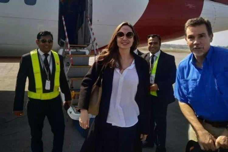 Aktris asal Amerika Serikat, Angelina Jolie, menjadi utusan khusus Badan Pengungsi PBB, UNHCR, tiba di bandara di Coxs Bazar, Bangladesh, Senin (4/2/2019). (AFP)