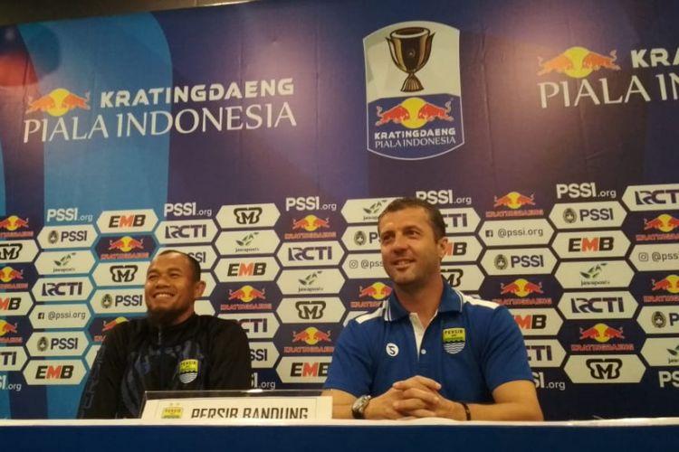 Pelatih Persib Bandung Miljan Radovic bersama Supardi Nasir dalam konferensi pers jelang laga kontra Persiwa Wamena di Graha Persib, Jalan Sulanjana, Minggu (10/2/2019).