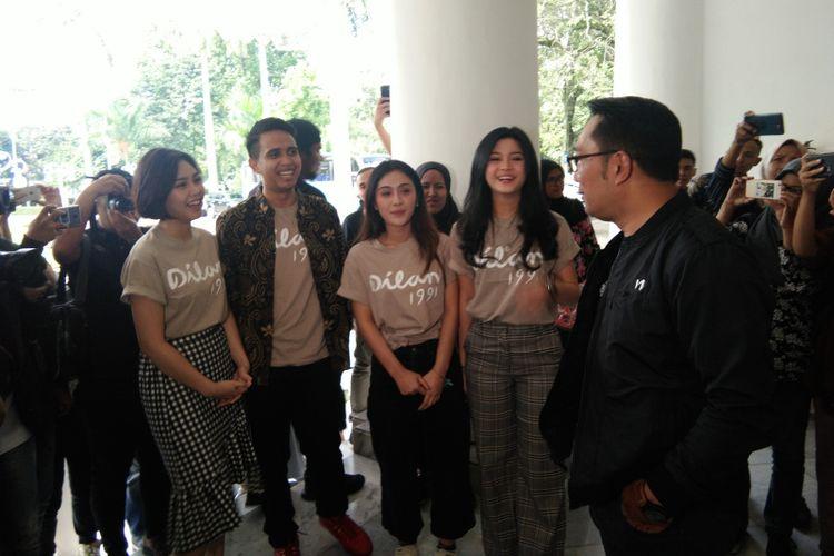 Gubernur Jawa Barat Ridwan Kamil saat menerima kunjungan para pemeran film Dilan 1991 di Gedung Pakuan, Jalan Cicendo, Kota Bandung, Minggu (10/2/2019).
